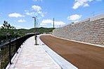 新街区は、石貼り擁壁とカラーアスファルトが設けられて、プレミアムな街並みを創出