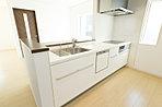 家族でのコミュニケーションがとれる対面型システムキッチン。横一列にシンクとコンロをまとめたシンプルな形です。動きやすさとスタイリッシュなデザインが魅力。(21号棟・2017年2月撮影)