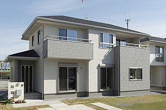 高い塀などは用いず、開放感のあるオープン外構としています。見通しの良い街並みとすることで防犯意識も高まります。(2号棟・外観完成予想図)