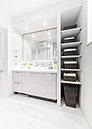 W1200のカウンターに収納も豊富な三面鏡付洗面化粧台を採用。住まう人の視点を大切に細部まで創り込んだ(リネン庫・吊戸棚・ヘルスメータースペース)ゆとりのある空間としました。(