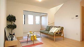 【分譲地 モデルハウス】 木目の羽目板がおしゃれなダイニング。吹抜けを配して、空間全体にやわらかい光が降り注ぐ…