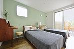 8帖の主寝室。壁の1面にはアクセントのコールドカラーを挿し色に