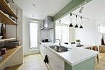 キッチンとリビングは統一空間 需要の高いリビングイン階段も