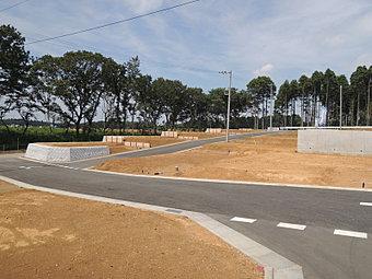 全37区画第1期分譲地の造成完了状況です。全区画165平方メートル以上のゆとりある敷地です。カースペースは2台以上確保できますね。