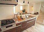 【B号棟キッチン】キッチンには浄水器付ハンドシャワーや食洗機など人気設備標準装備。奥様の家事の手間を軽減出来ます。