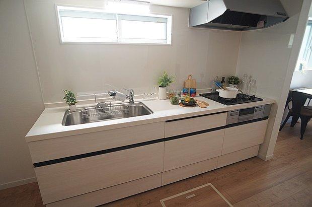 【システムキッチン(同仕様施工例)】収納も良く使う物が取り出しやすい引出式のスライドストッカーで使い勝手の良いキッチンです!