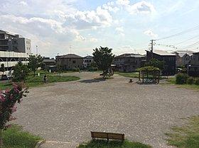 隣の公園はいつも子どもたちでいっぱい。みんなで遊ぼう!