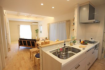 LDK キッチンからストレートにリビングダイニングが見渡せる間取り。壁をなくして、面材をホワイトにする事で、明るい開放感のあるキッチンになりました。