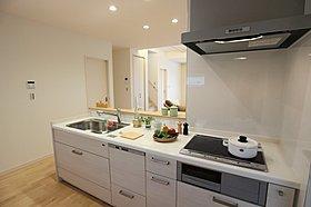 キッチン IH、食洗器が仕様で後片付けが楽々。