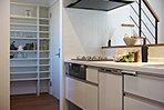 16号地展示場:キッチン横にパントリーを設けそこからすぐに玄関に出られるママ楽の造りに!