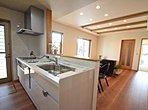 【太田市新田木崎町D号棟 キッチン】収納豊富なキッチン!かさばるお鍋やお皿など収納できるのでいつでも作業スペースを広々ととることができます!
