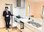 【境三ツ木A号棟 キッチン】ワークトップが2メートル55センチと広々しておりますので、お子様と横並びでお料理ができます。食洗機もついておりますので、奥様の家事効率も上がりますね。