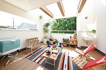 リビングから繋がるボックステラス(現地モデルハウス)プライベートな空間でイエナカピクニックを!
