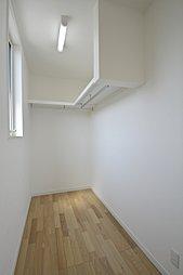 2号地和室:6帖とゆとりのある和室は、キッチンから一直線になっているので、小さいお子様を遊ばせていても安心です。