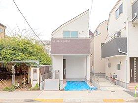 広くて歩道がある道路に面した住宅です。