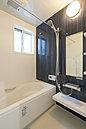 乾燥機付き・保温床・保温浴槽でゆったりくつろげる多機能の浴室。