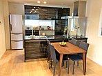 【家族の集うLDK】中心となるオープンキッチンは、インテリアとしても映える人造石カウンター。サニタリー設備も充実の装備仕様で快適な暮らしを支えます。