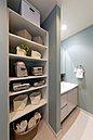 施行例:洗面所には、着替えや洗剤、汚れものを入れおくカゴも片付けたい。衣類は家族ごとに分けて収納すれば、整理整頓にもなります。