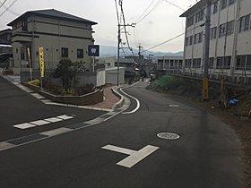 ■入口には、通学の安全のため歩道を、見守りの方へベンチを設置