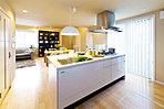 ■当社施工例:キッチンは回遊式とし、家事動線を2WAYとしました。明るく使いやすいキッチンとなりました。