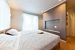 ■当社施工例:主寝室は1日を締めくくる夜のひと時。照明は建築化照明とし「クラブフロア」と呼ばれるワンランク上のリラックス空間を創り出しました。