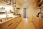 リビングが見渡せるように配置したキッチン(現地モデル内観)。
