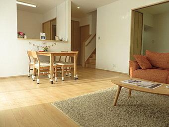 【モデルハウス公開中】 白い壁と木目調のフローリングで温もりある空間に。また、大きな窓と吹き抜けにより、光を招き風を感じる開放的で心地良いLDK