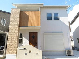 【モデルハウス公開中】かわいらしい南欧風の外観。アンティーク調の玄関ドアがアクセントになってとても可愛いお家です。