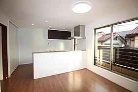 人気の対面キッチンは勝手口から西側バルコニーに出られます。