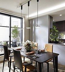 多方面へ設けた大きな窓から明るい陽ざしが入り込み、より開放感のある明るい居住空間となっております。