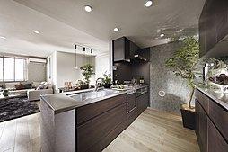 「タッチレス水栓」や「ビルトイン食器洗い乾燥機」など最新の設備仕様を多数搭載したキッチンは、対面式となり、ご家族とのコミュニケーションを楽しみながら家事が行えます。(※モデルハウス画像)