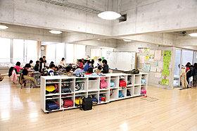 壁の無い開放的な教室・小学4年生
