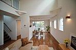 広々20.5帖のLDKは3枚窓と吹き抜け天井があるおかげで、通常より開放的で広く感じる使用になってます