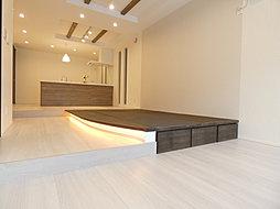 畳コーナーには間接照明で、モダンスタイルを演出。下部収納も◎