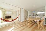 自然素材の無垢床を使用し温かみと、デザイン性の高い住空間にしています(施工例)