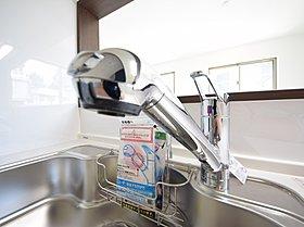 ■浄水器一体型水栓。ホースが引き出せ、シンク洗いなどに便利!