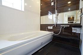 バスルームにも木の温もりが感じられる色合いを採用。