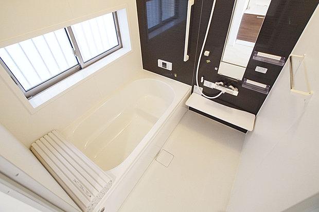 【1坪タイプバスルーム】高級感と清潔感を両立した安らぎのバスルーム。ゆったりと足を伸ばして浸かれる1坪タイプです。