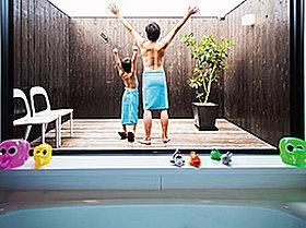プール?いえいえお風呂からつながるウッドデッキです。