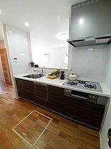システムキッチンは食洗器、浄水器付き