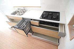 収納たっぷりなので調理器具や調味料も出し入れしやすいですね。