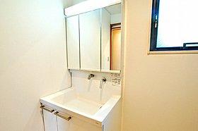 収納力と機能性に優れたお手入れラクラク洗面化粧台です。