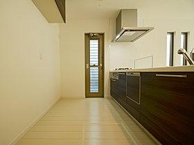勝手口の付いた広々キッチンスペース。あると便利な食洗機付。