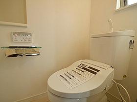 トイレはシンプルにホワイトで統一。