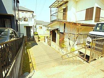 閑静な住宅街の陽当り良好な条件付きの売地のご紹介です。