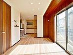 ゆとりある広々リビングには、空気を汚さず室内を暖める床暖房を設置。