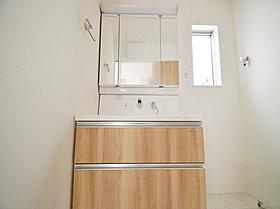 清潔感溢れるスタイリッシュなデザインの洗面化粧台