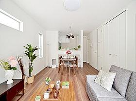 ゆとりある広々リビングには床暖房を設置。