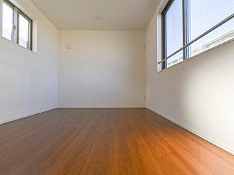 通風・採光にも優れ、心地よい光と風があふれています。プライベートな自分時間を快適に過ごせるお部屋です。