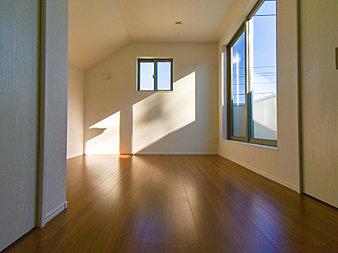 自分時間を快適に過ごすプライベートルーム。大きな窓からたっぷりと陽光が注がれる明るい空間。